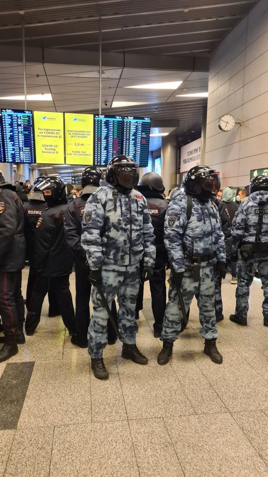 Кілька разів переносили посадку: в Росії літак Навального перенаправили до іншого аеропорту