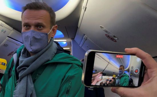 Переносили рейси і затримували активістів: до Росії повернувся опозиціонер Олексій Навальний