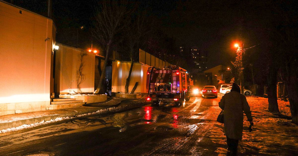 В Одессе масштабный пожар в отеле: есть жертва, спасатели еще работают (фото, видео)