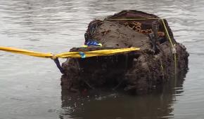 В Германии достали со дна озера первый украинский автомобиль: видео