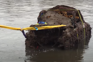 У Німеччині дістали з дна озера перший український автомобіль: відео