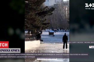 В Одессе мужчина провалился под лед, когда катался на коньках