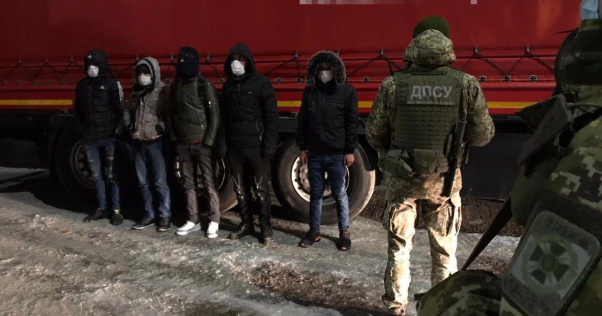 Услышали подозрительные звуки: в Одесской области задержали нелегалов, выскочивших из полуприцепа (фото, видео)