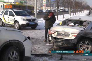 Потрійна аварія в Києві: авто полетіло, як шайба на кризі