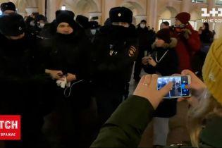 Сразу после суда над Навальным десятки его соратников вышли на протесты