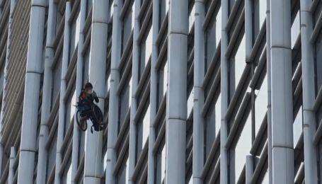 Сходження тривало 10 годин: у Гонконзі чоловік на інвалідному візку підкорив хмарочос заради благодійності