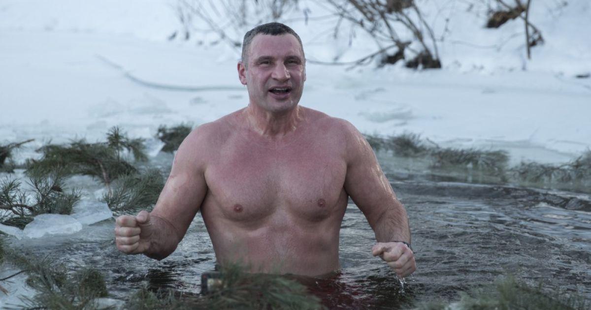 """""""Температура повітря -19°, вода +3°"""": Віталій Кличко показав, як пірнув у ополонку на Водохреще"""