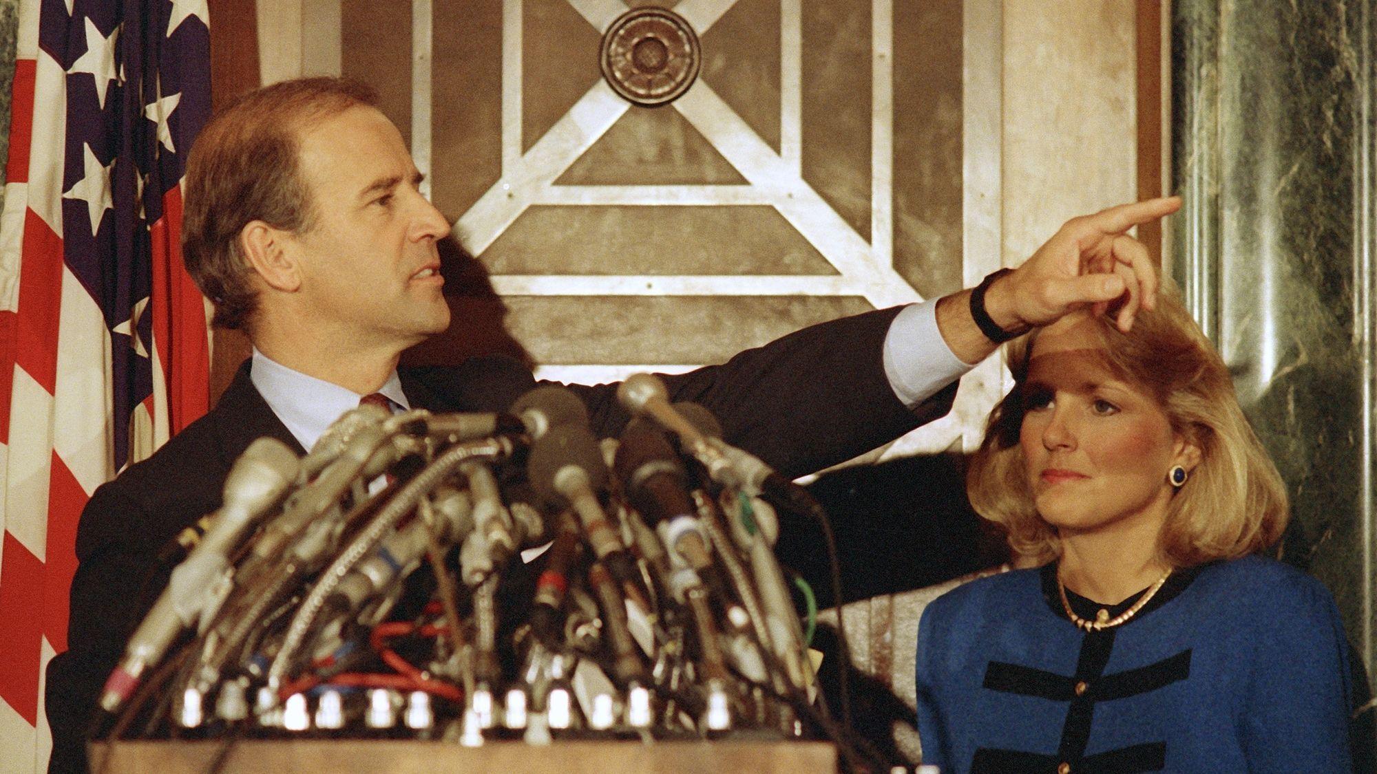 Джо Байден під час пресконференції 23 вересня 1987 року, на якій заявив про зняття своєї кандидатури на участь у виборах президента.