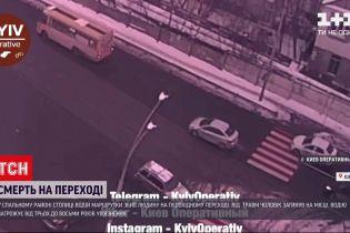 Отбросило на 20 метров: в столице маршрутка насмерть сбила пешехода на зебре