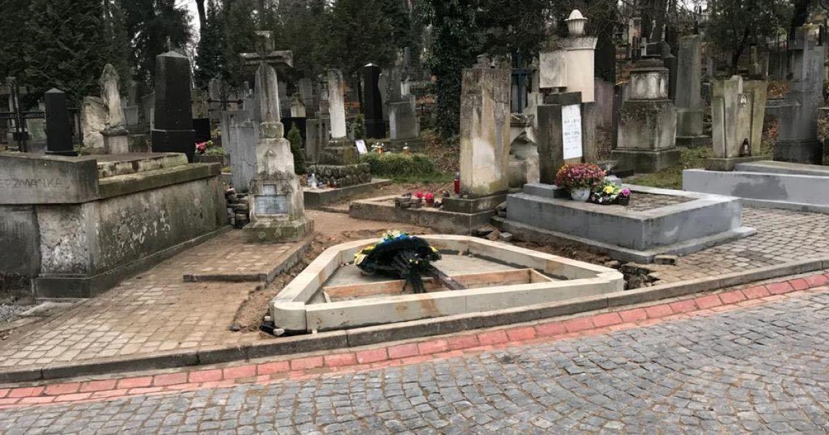 """""""Плакальщица"""": на Лычаковском кладбище возводят памятник Мирославу Скорику"""