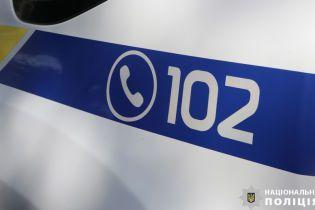 В Івано-Франківську чоловік на зупинці відлупцював двох підлітків