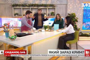 Шефповар Асан Буджуров готовит янтыки, а Севгиль Мусаева рассказывает о том, как сейчас живет Крым