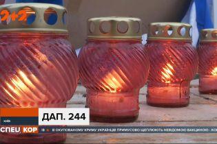 """Родичі загиблих """"кіборгів"""" ушановували їхню пам'ять на Михайлівській площі столиці"""