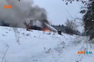 Вибухонебезпечна пожежа: у Рівненській області посеред траси загорівся бензовоз