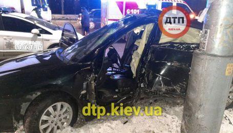 В Киеве машина въехала в столб: искалеченного водителя доставали спасатели