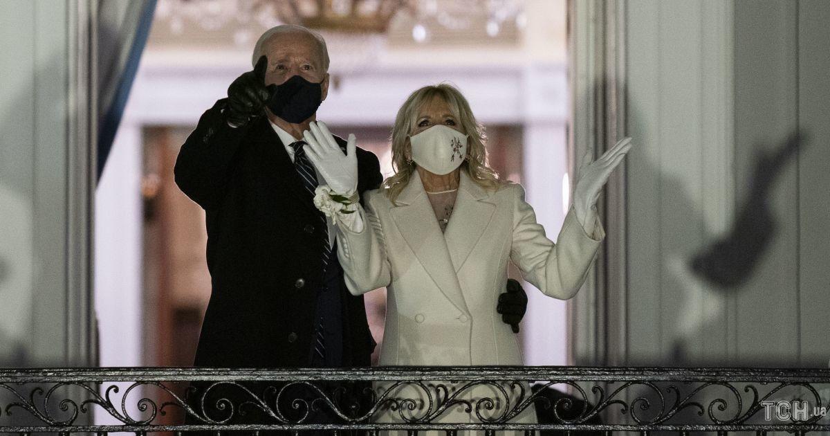В белом пальто и перчатках: первая леди Джилл Байден с мужем-президентом посмотрели фейерверк