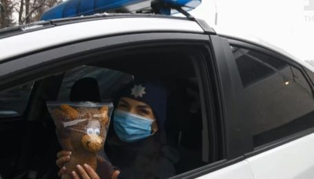Плюшевые помощники патрульных: в Харькове копы начали выезжать на вызовы с мягкими игрушками
