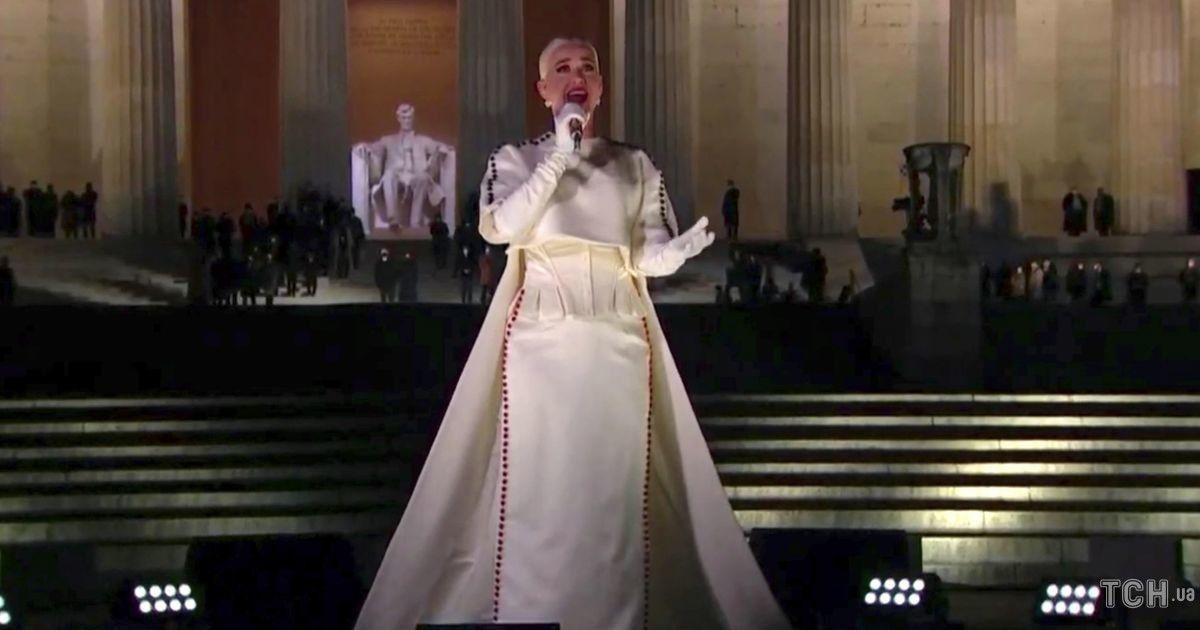 Заспівала під феєрверк: Кеті Перрі в елегантному вбранні виступила на інавгураційному концерті Байдена