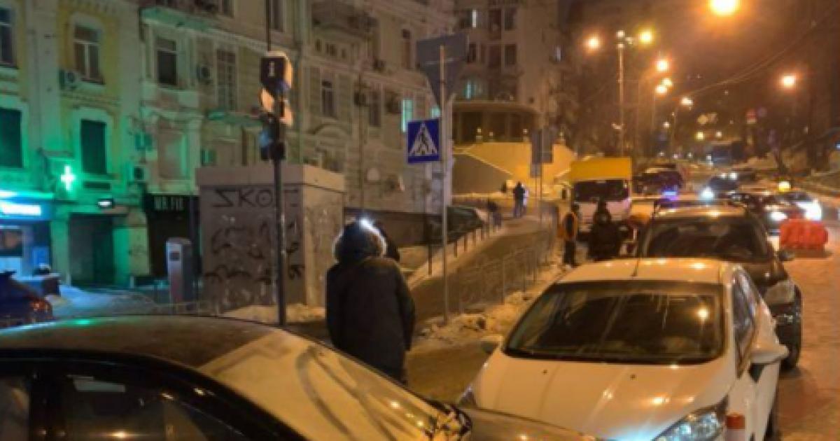 В центре Киева столкнулись шесть автомобилей из-за прорыва трубы: фото