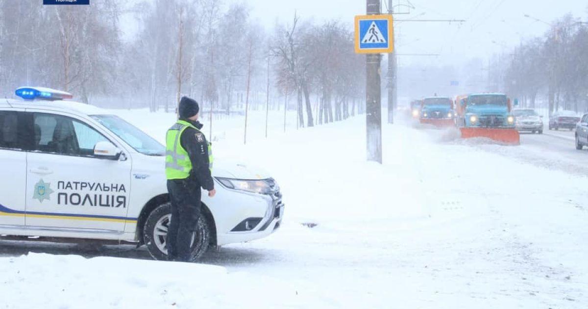 В заснеженных областях Украины патрульные помогают справиться с непогодой