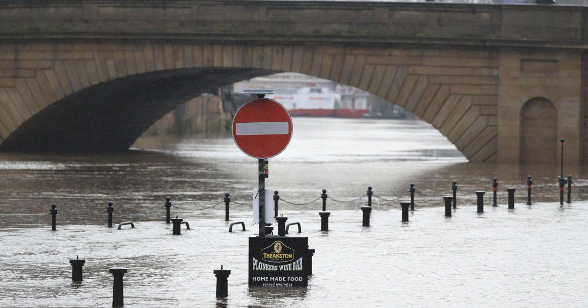Британія потерпає від шторму: евакуюють тисячі людей
