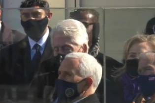 """""""Безусловно,, спал"""": Клинтона запечатлели с закрытыми глазами во время речи Байдена"""