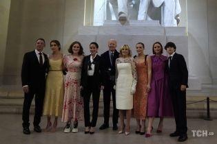 Блестящие платья и кроссовки: во что были одеты внучки Байдена на вечернем мероприятии