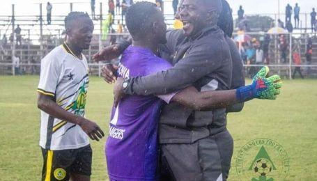 """Дикість із Африки: футбольний тренер помочився на ворота суперника і заробив """"бан"""" (відео)"""