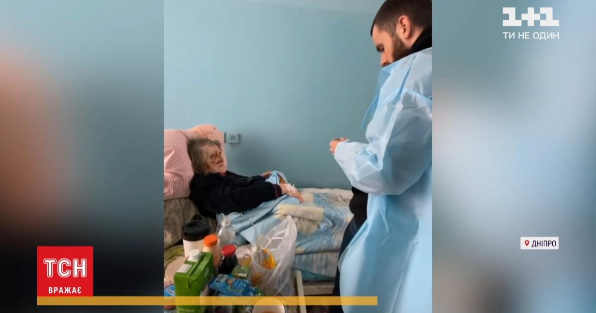 У Дніпрі чоловік напав на консьєржку, аби забрати у старенької 70 гривень: що відомо про її стан