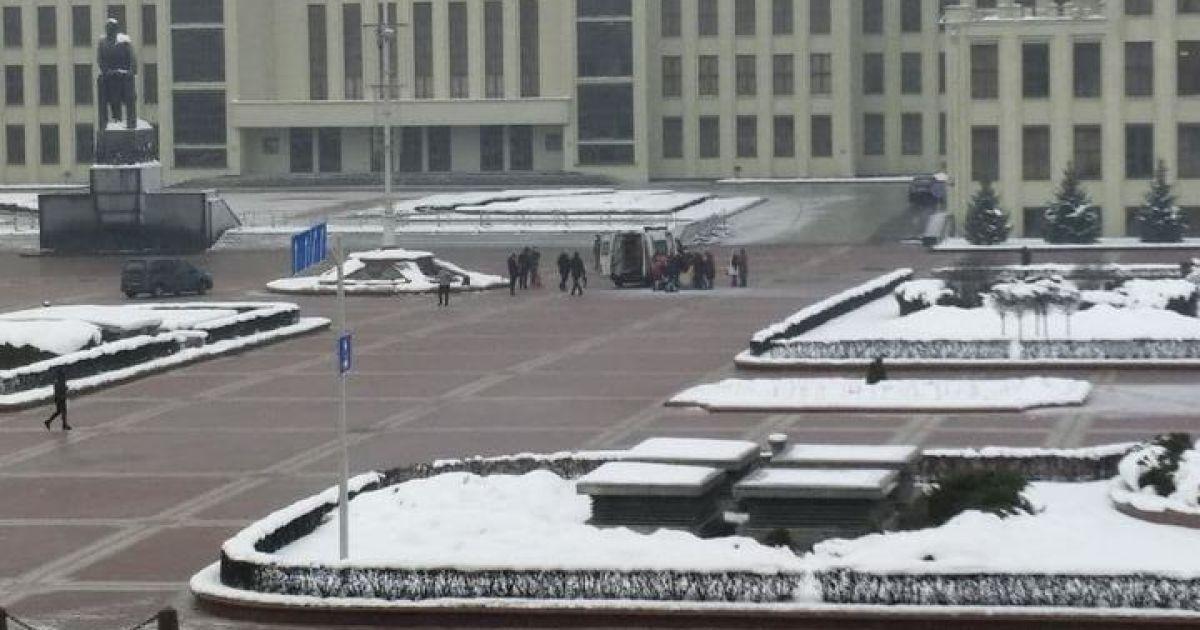 У Мінську на центральній площі чоловік підпалив себе