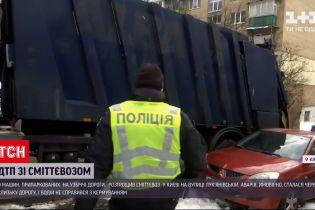 В Киеве мусоровоз протаранил десяток автомобилей