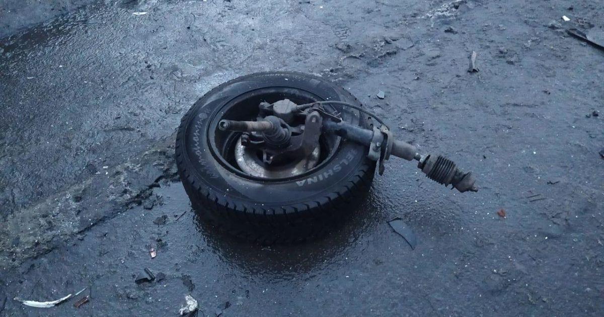 В Киеве пьяный водитель на Alfa Romeo въехал в столб и от удара перевернулся: видео