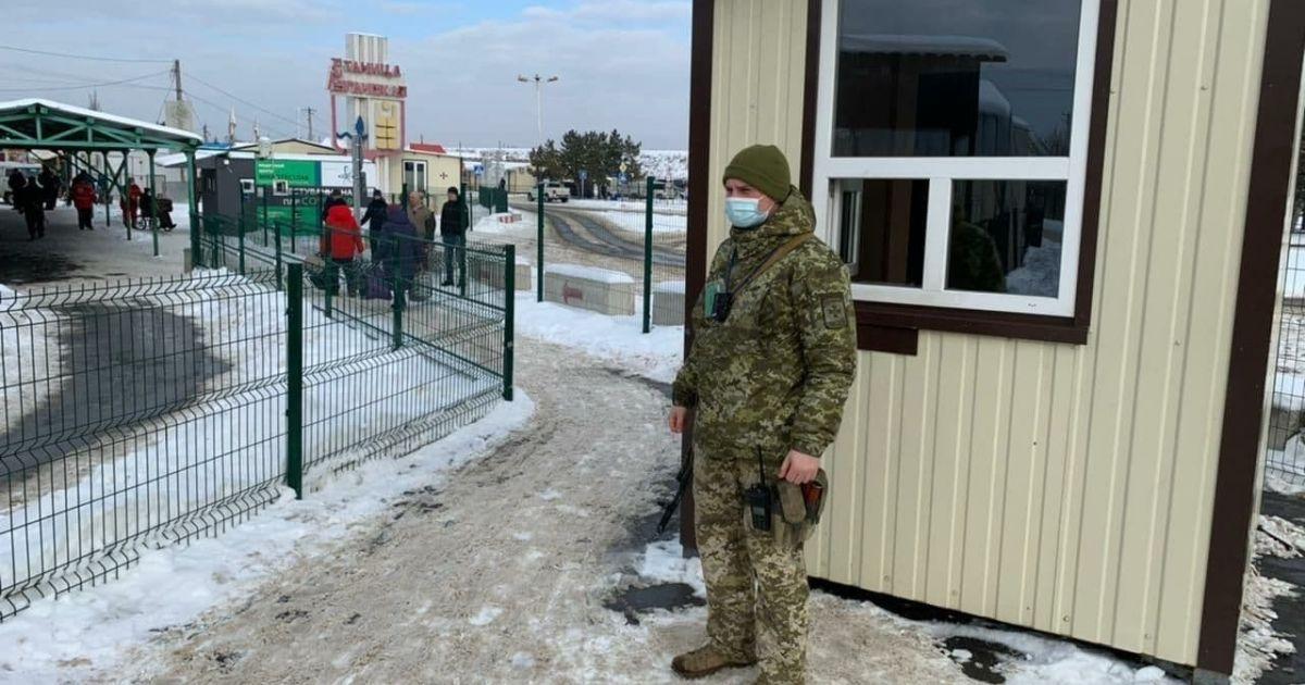 Окупанти продовжують блокувати пункти пропуску на Донбасі