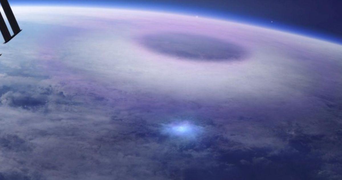 """Невероятное явление: с борта космической станции сняли """"эльфов"""" и """"синие струи"""""""