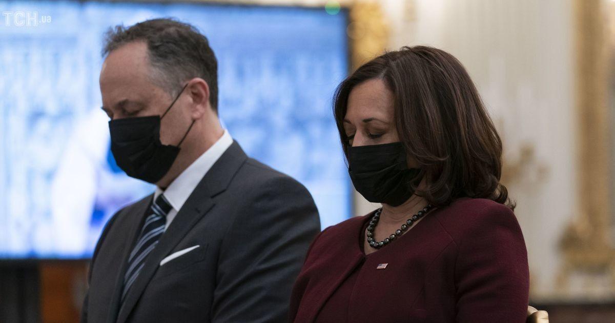 У вбранні кольору марсала: Камала Гарріс в елегантному аутфіті з'явилася у Білому домі