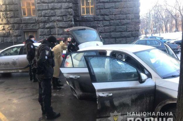 Возле Кабмина задержали мужчину с ножом и пистолетом: что известно