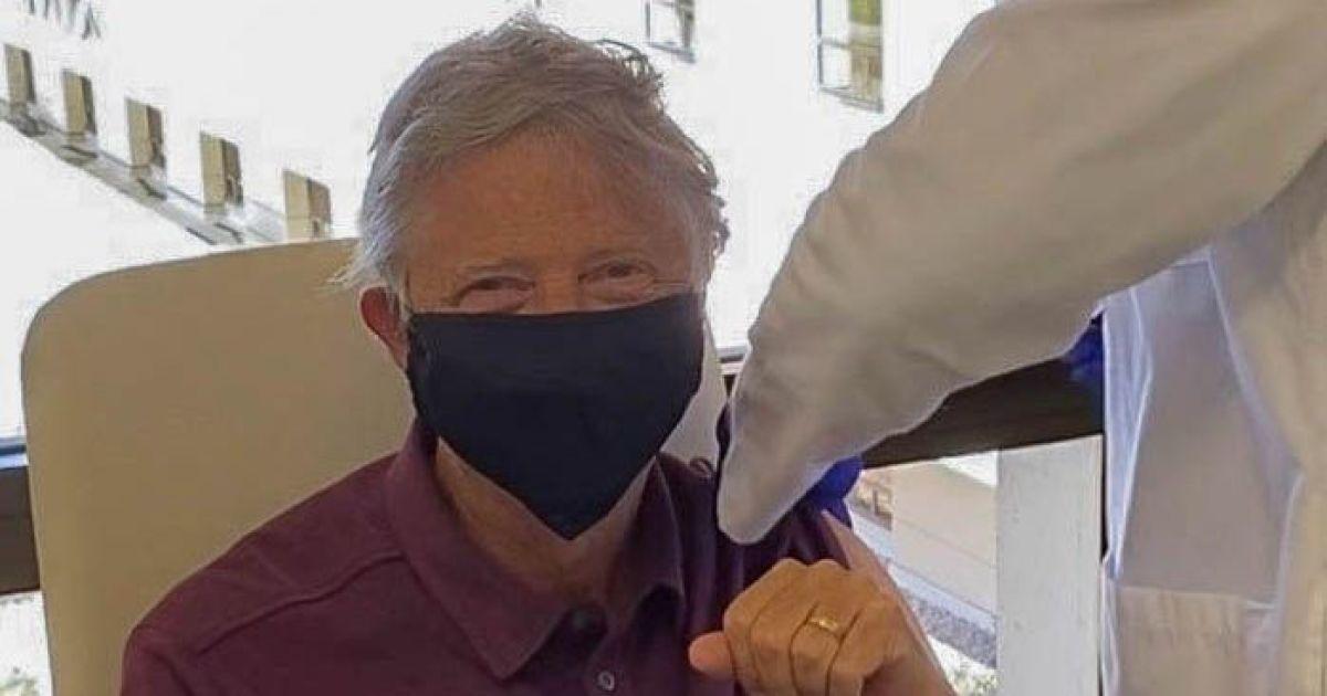 Основатель Microsoft Билл Гейтс сделал прививку от коронавируса (фото)
