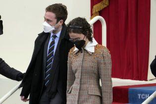 В клетчатом пальто и платье с рюшами: стильный выход падчерицы Камалы Харрис