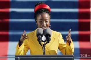 В лимонном пальто и обруче Prada: яркий аутфит американской поэтессы на церемонии инаугурации