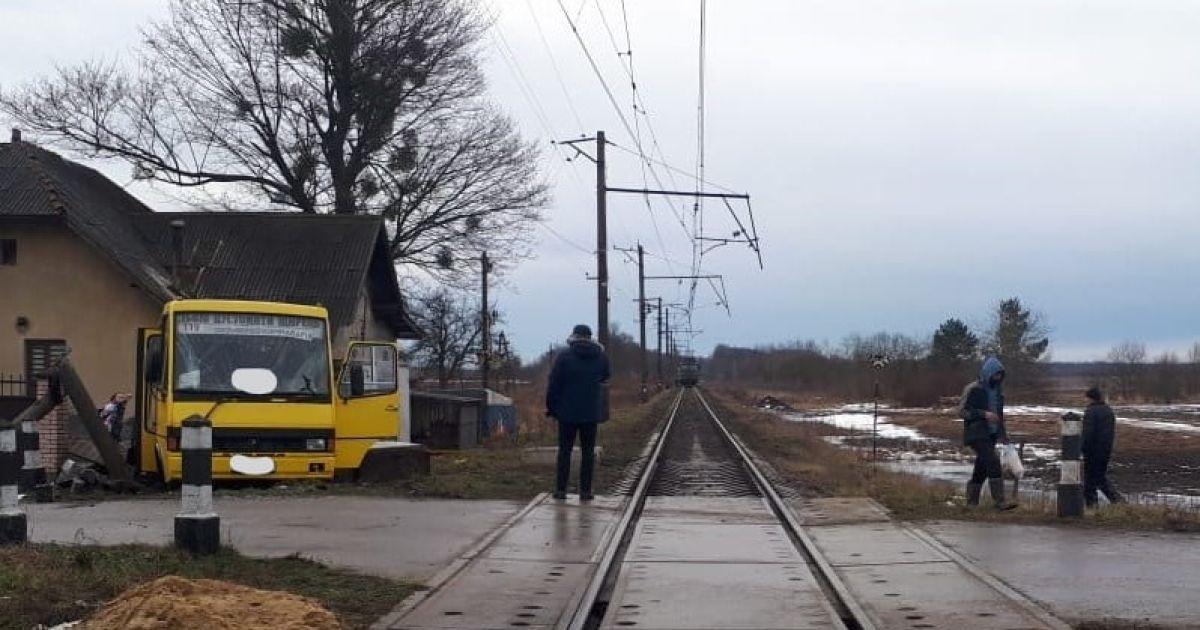 Во Львовской области поезд протаранил пассажирский автобус: погиб мужчина
