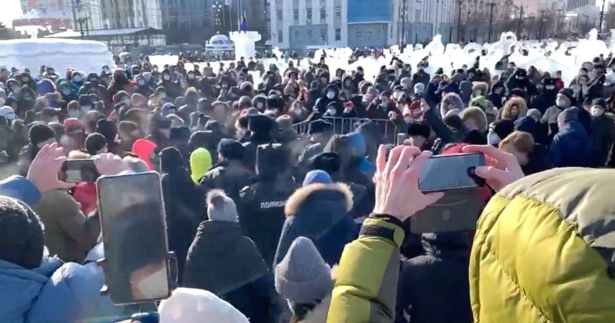 В Росії почалися перші мітинги на підтримку Навального: людей затримують і б'ють кийками