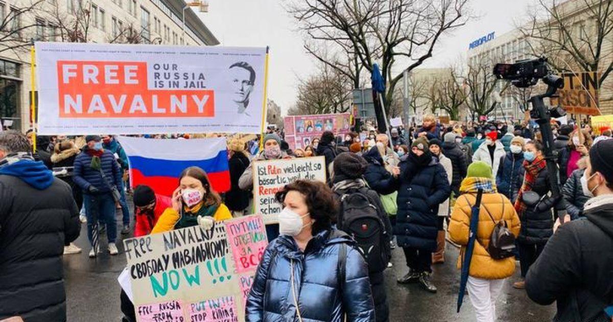В Берлине тысячи людей вышли в поддержку Навального