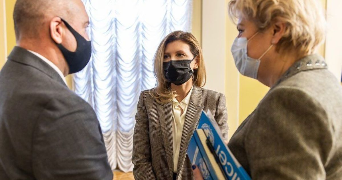 У картатому жакеті і з червоним манікюром: Олена Зеленська на діловій зустрічі