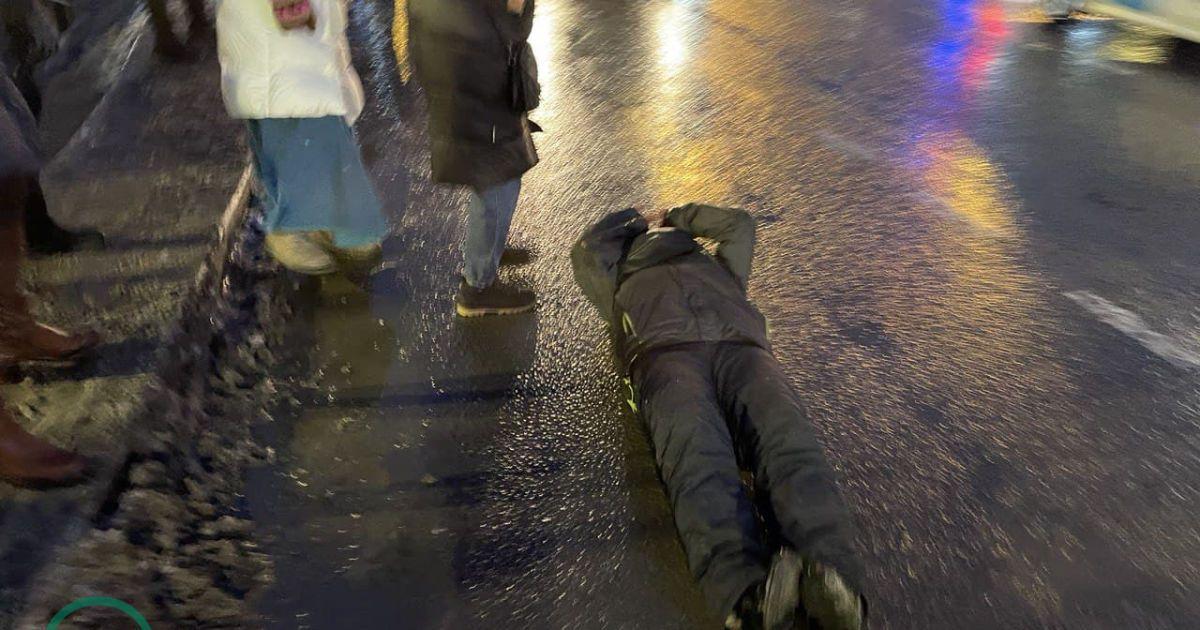 Вдарилася головою об асфальт через удар ОМОНівця: постраждалана протесті в Росії жінка в реанімації