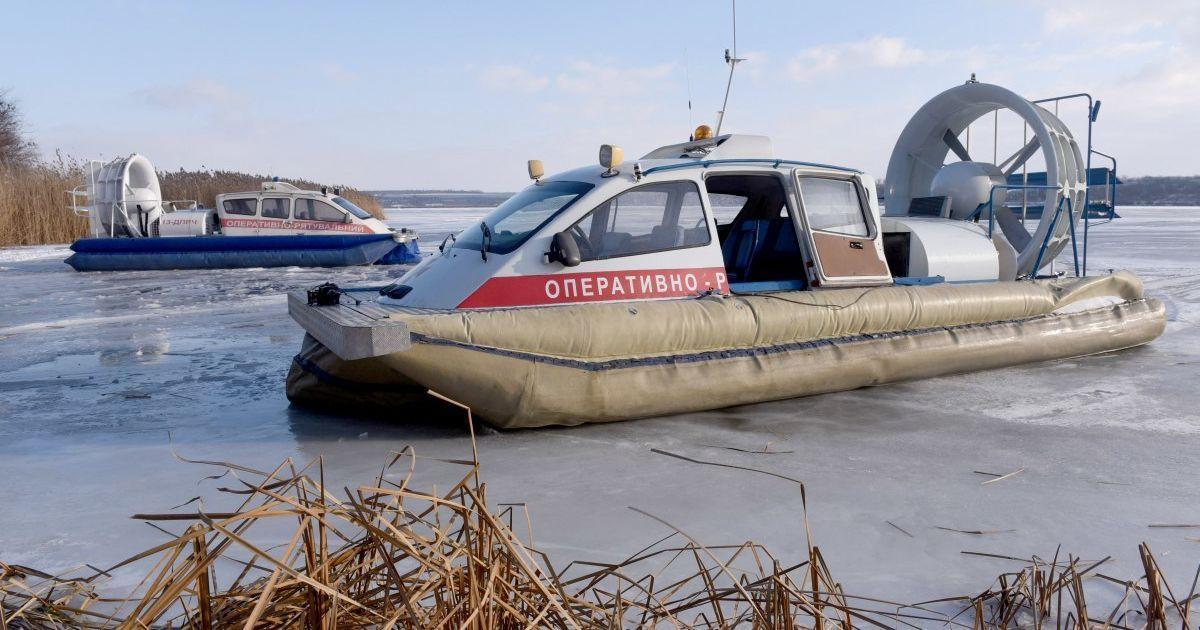 Возле Канева под лед провалились двое рыбаков и ребенок: спасатели нашли тело одного погибшего