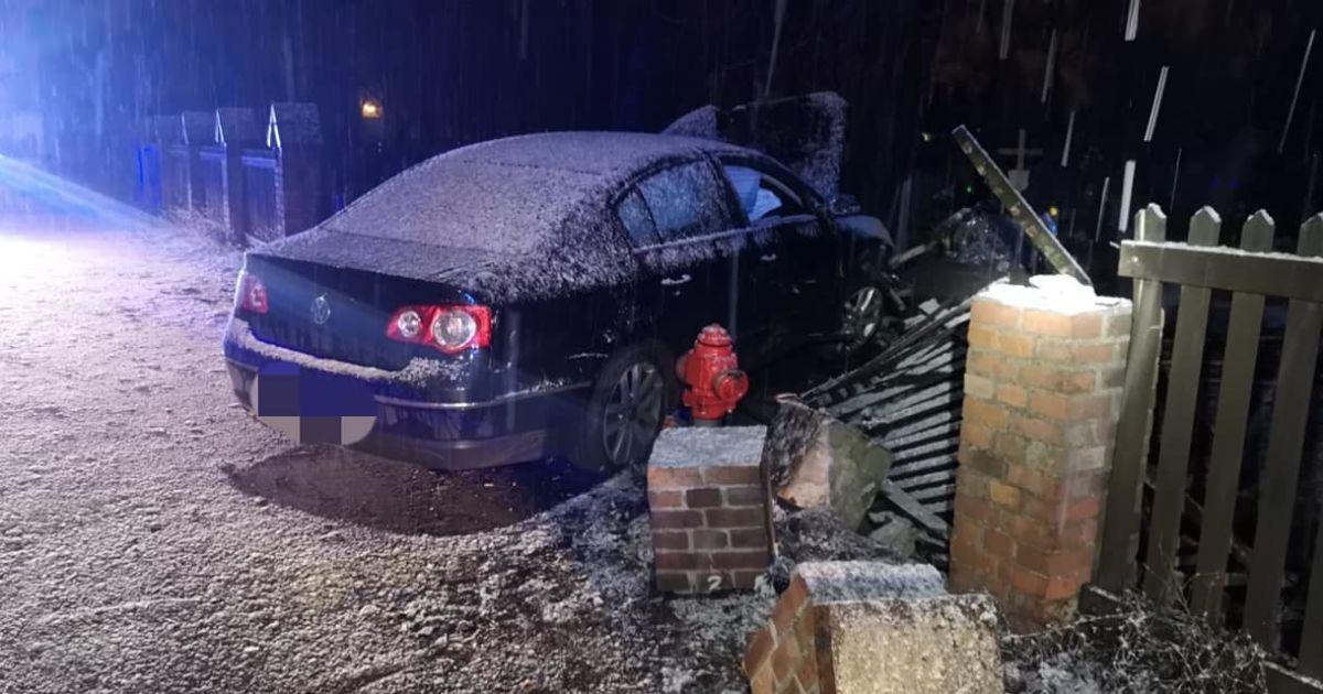 У Польщі п'яний українець на авто влетів у кладовище і зніс 9 могил: фото