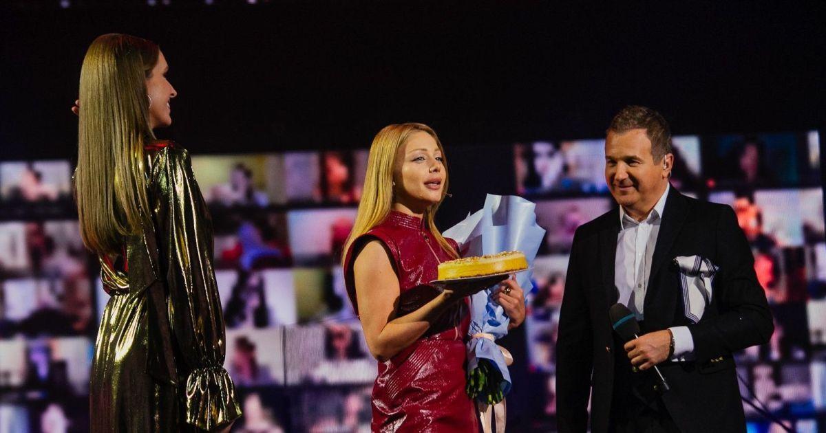 """З піцою і тортиком: як Тіна Кароль 36-річчя на """"Голосі країни-11"""" святкувала"""
