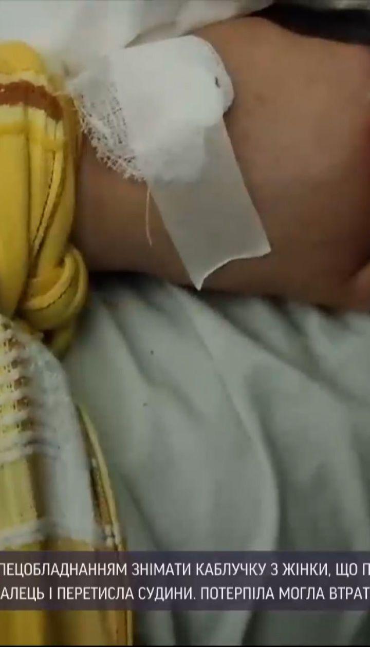 Травматическое кольцо: запорожские чрезвычайники спасли женщину от ампутации