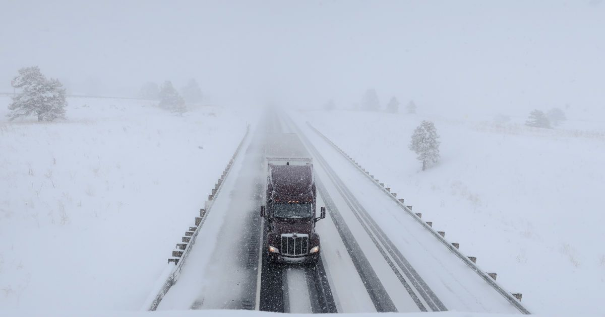 Снежный шторм на юге и в центре Украины продолжается: в Укравтодоре советуют переждать непогоду дома