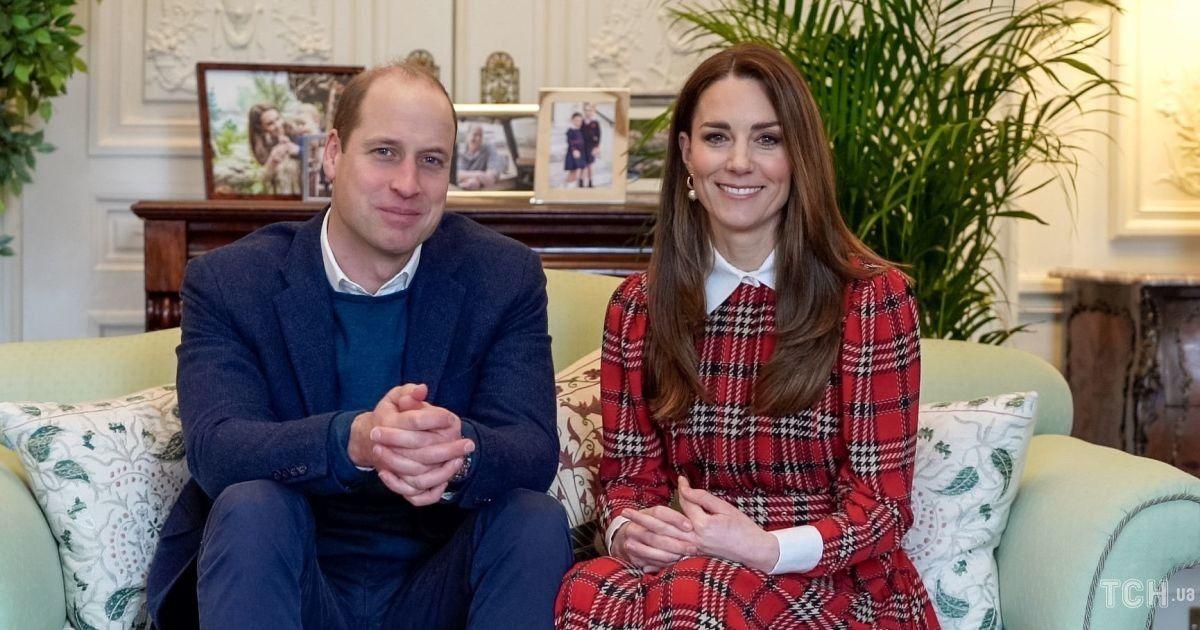 У червоній сукні в клітинку: герцогиня Кембриджська продемонструвала новий красивий лук